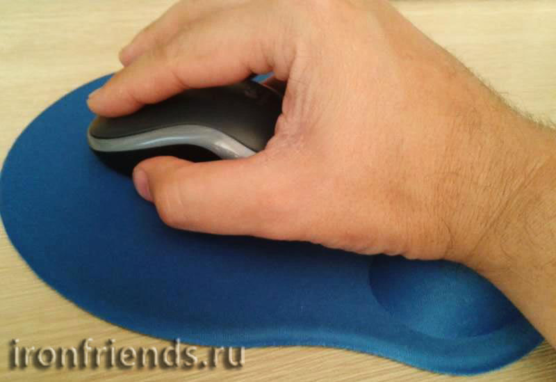 Рука на коврике
