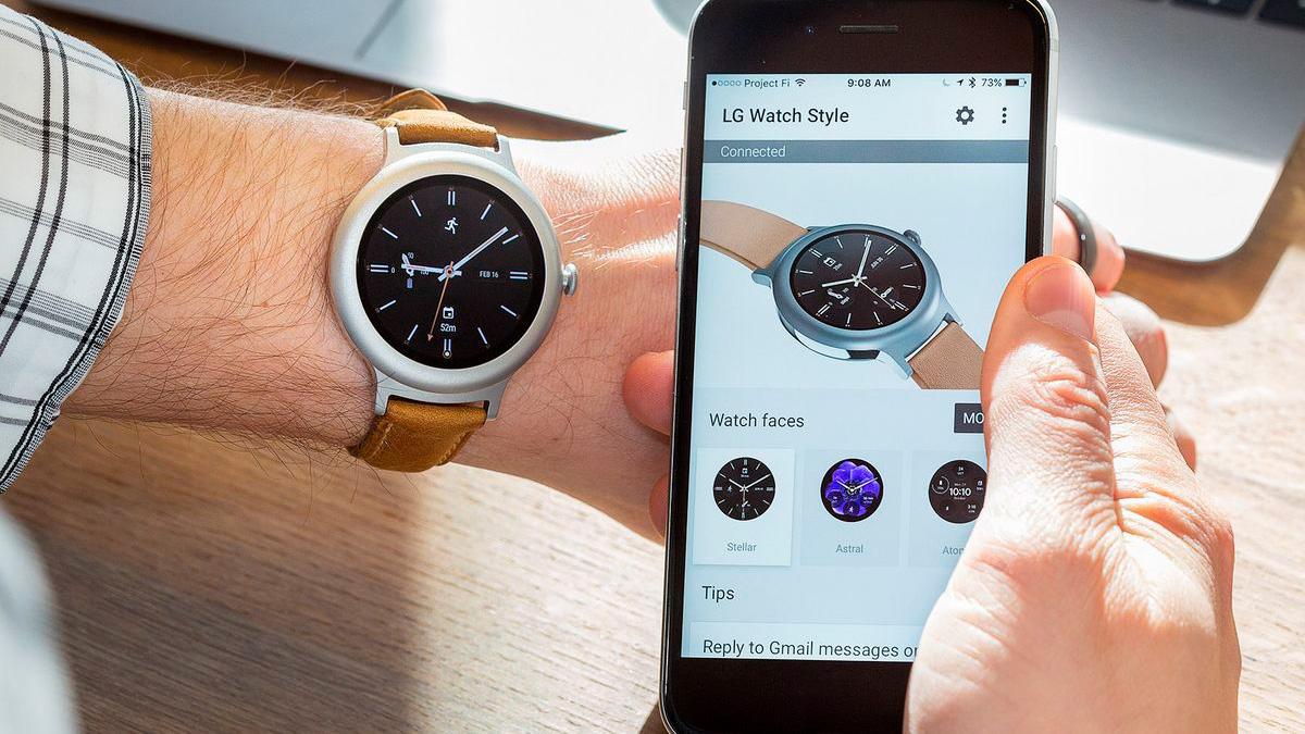 Часы и смартфон на Android
